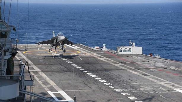 Clip tiêm kích Tejas lần đầu hạ cánh xuống tàu sân bay