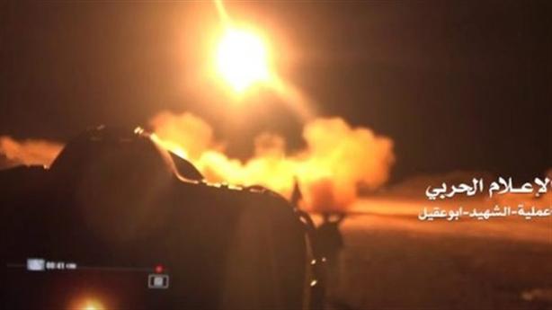 Tên lửa lạ dội trúng thánh đường, 70 lính Yemen thiệt mạng