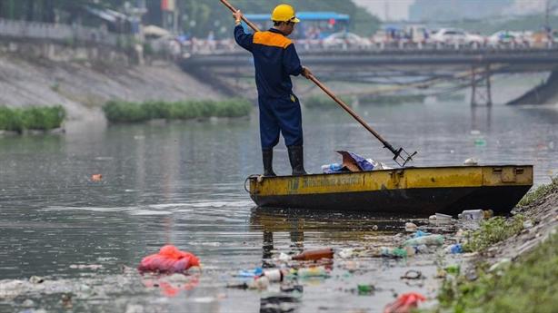 Sông Tô Lịch ngập rác ngày Tết: Sự văn minh hình thức