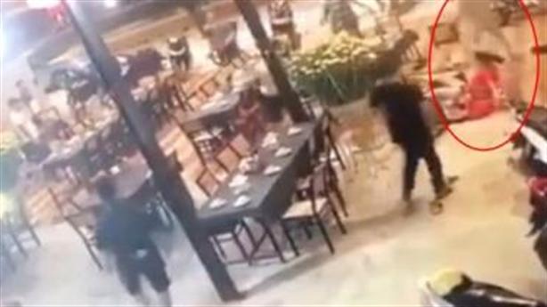 Gần chục người trút mưa đòn xuống một phụ nữ trong quán