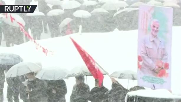 Người Iran đội tuyết mừng ngày Cách mạng Hồi giáo