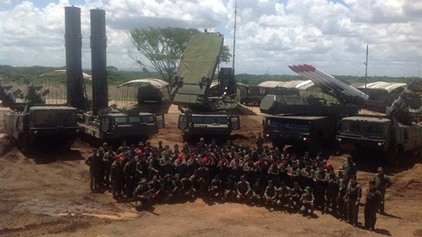Tên lửa phòng không Venezuela xuống phố tập trận