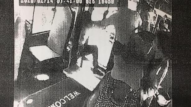 Camera ghi lại tài xế xe buýt cầm hung khí đánh khách