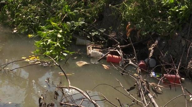 16 bể chứa vỏ thuốc trừ sâu bị đẩy xuống kênh
