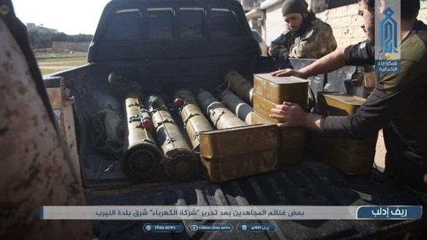 Phiến quân triển lãm vũ khí thu được của SAA tại Idlib