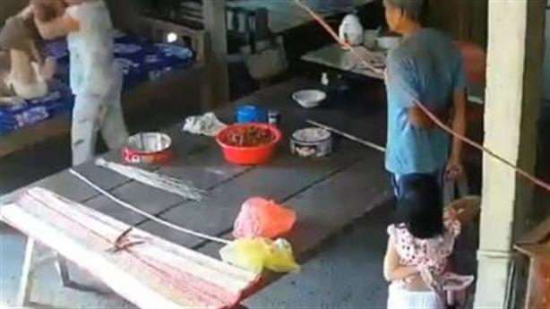 Con dâu đánh mẹ, con trai đứng nhìn: Mẹ bệnh nhiều năm