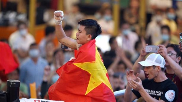 Nữ võ sĩ Việt giành đai danh giá từ đối thủ Thái