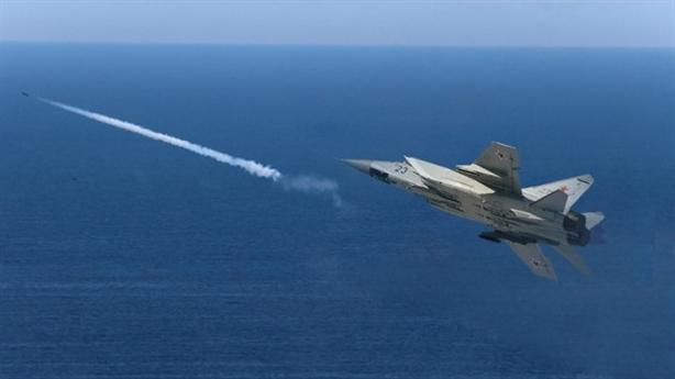 Video MiG-31 ép máy bay săn ngầm địch hạ cánh