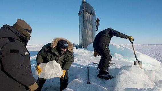 Tàu ngầm Mỹ đội băng Bắc Cực: Không thể thiếu...xẻng, cưa máy