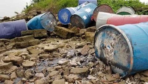 Nhiều thùng phuy chứa chất lạ đổ sông Hồng: Trích xuất camera