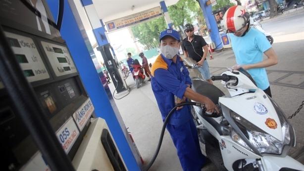 Giá xăng trong nước giảm ít hơn thế giới: Chưa hợp lý