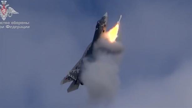 Su-57 diệt mục tiêu khi đang bay thẳng đứng