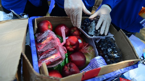 Gửi táo Mỹ, bún chả... vào khu cách ly ở Hà Nội