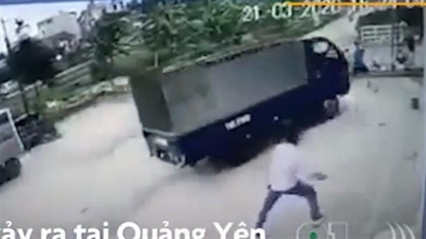 Tập lái xe tải, người phụ nữ tông hai em nhỏ