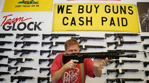 Vì sao Nga cháy hàng bao cao su, Mỹ đắt hàng súng?