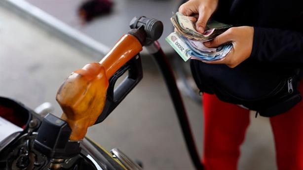 Vì sao giá xăng trong nước chỉ giảm 4.200 đồng/lít?