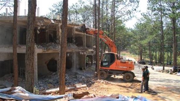 Cưỡng chế đập tan công trình khủng bên hồ Tuyền Lâm