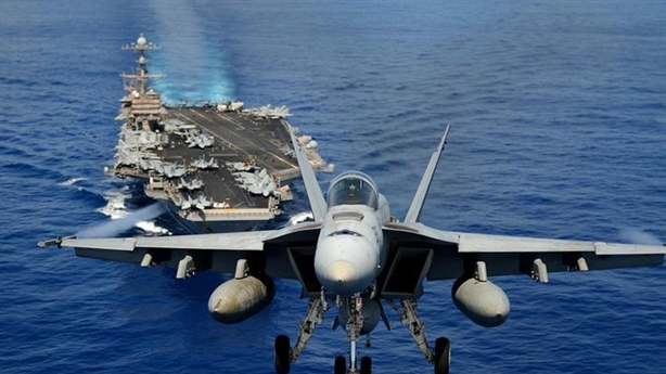 F/A-18 sánh ngang tiêm kích tàng hình Su-57
