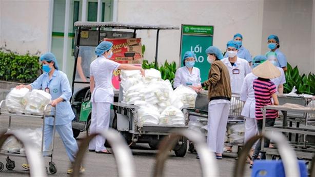 Bệnh viện Bạch Mai đang khó khăn: 'Vẫn ăn mỳ tôm'