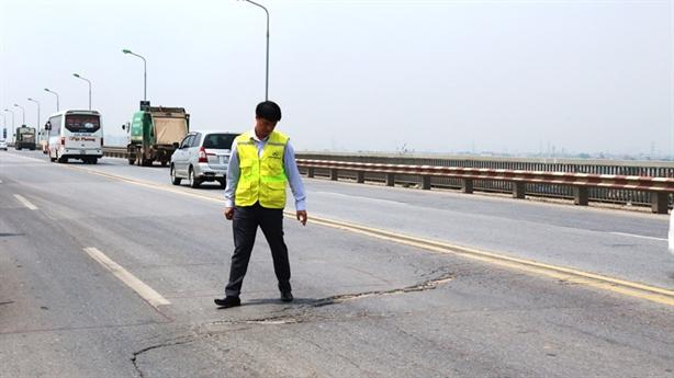 Hạn chót để sửa xong mặt cầu Thăng Long