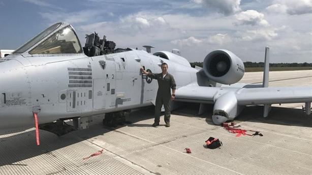 A-10 mài nhẵn tên lửa AGM-65 Maverick khi tiếp đất bằng bụng