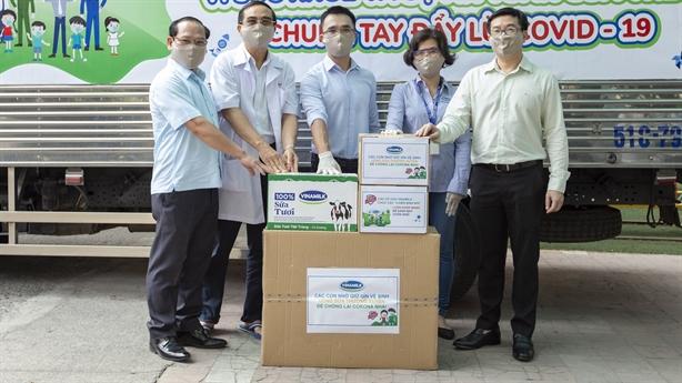 Nhân viên Vinamilk gây quỹ hỗ trợ trẻ em khó khăn