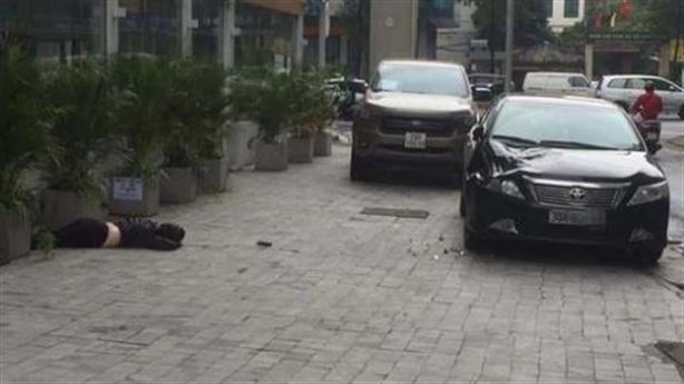 Hà Nội: Người phụ nữ rơi chung cư, trúng đầu ôtô