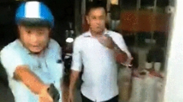 Camera ghi lại một Thượng úy nổ súng khi đánh nhau