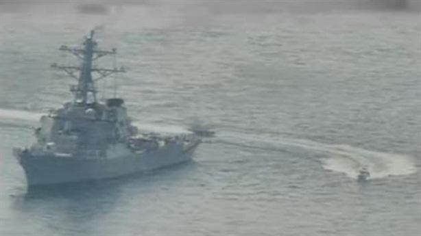 Tuần tra Mỹ đang huấn luyện, 11 tàu Iran bủa vây
