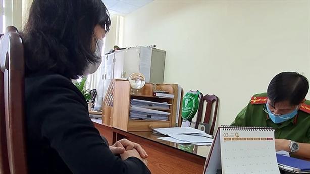 Vợ TS Bùi Quang Tín làm việc 4 tiếng với công an