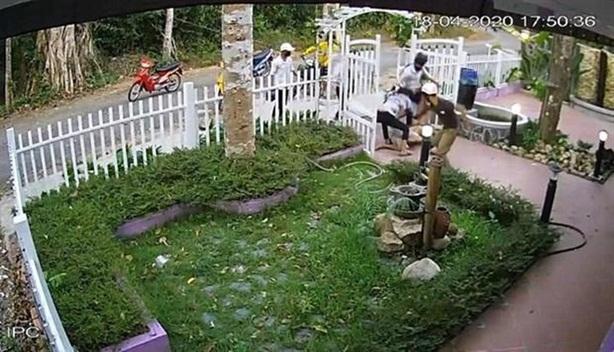 Camera ghi cảnh cả nhóm đánh người vì không cho du lịch