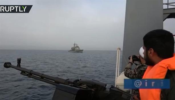 Tuần dương hạm Mỹ đơn độc giữa vòng vây tàu Iran