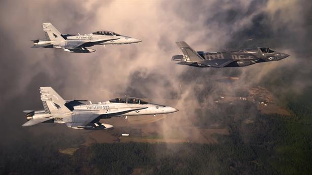 F/A-18E/F và F-35 liên thủ đối phó Su-57 Nga