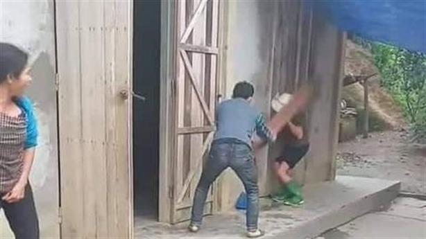 Em quay clip anh vác ghế đánh mẹ già: Giải thích nóng