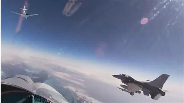 Tu-160 Nga thong thả giữa các tiêm kích NATO vây chặn