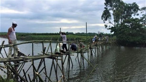 Dân đóng cọc giữa sông chặn cát tặc: Lời trái ngược