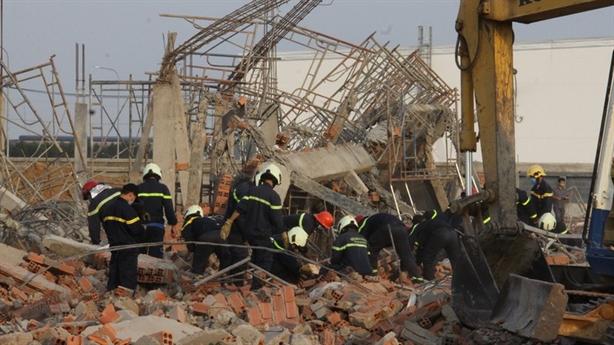Sập tường đang thi công, 10 người chết: Chỉ đạo nóng