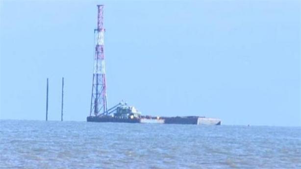 Trụ điện gió cắm giữa luồng lạch cửa biển Gành Hào