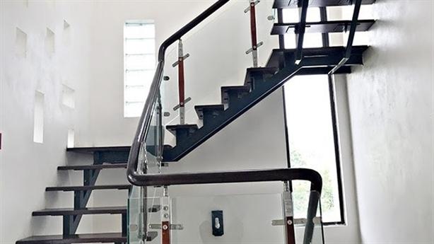 Biến tấu không gian nhờ cầu thang sắt