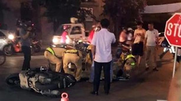 Bị ra hiệu dừng xe, thanh niên đâm thẳng vào CSGT
