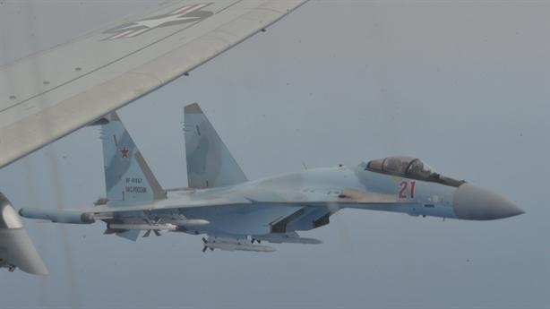 Hai chiếc Su-35 mang 12 tên lửa kẹp chặt P-8A