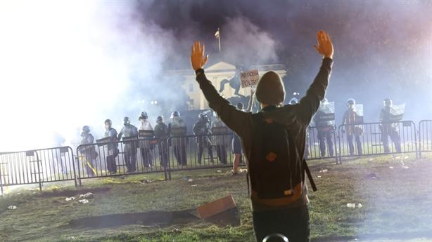 Biểu tình thành bạo loạn Mỹ, người châu Âu tiếp sóng
