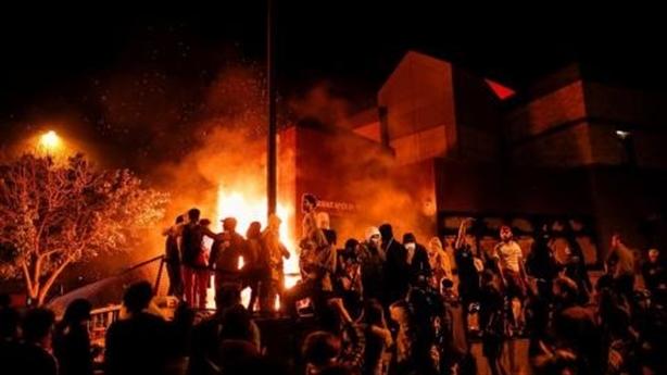 Bạo loạn vì sắc tộc thách thức 'Mỹ trước tiên' của Trump