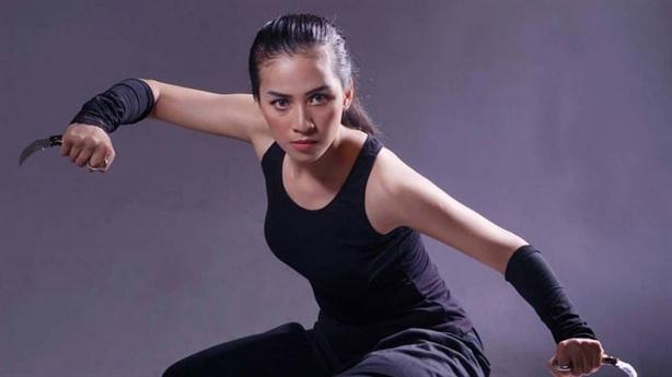 Nữ võ sĩ Indonesia gây sốt khi đá vào dao