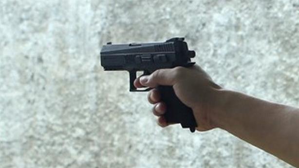 Tạm đình chỉ Trung úy rút súng bắn người trong quán nhậu