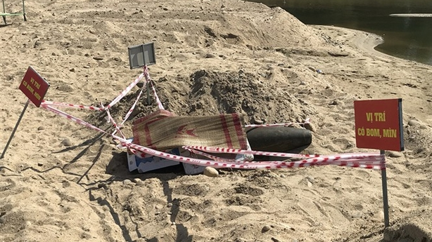 Quả bom khủng còn nguyên kíp nổ phơi nắng: 'Gần nhà dân'