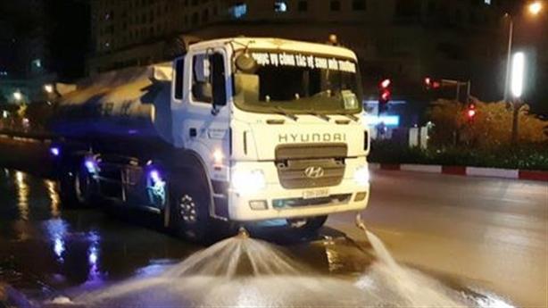 Hà Nội chi 114 tỷ rửa đường: Nhiều khi mưa cũng...phun nước!