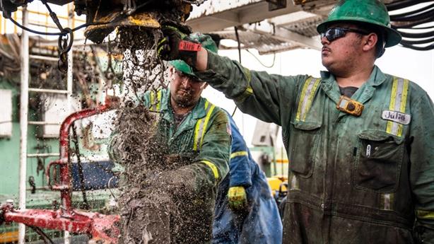 Nỗi sợ làn sóng lây nhiễm Covid-19 mới dìm giá dầu