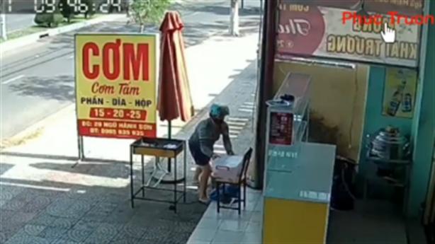 Phụ nữ đi xe tay ga trộm hộp sườn: Đến xin lỗi