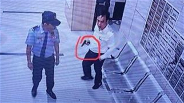 Doanh nhân đánh bảo vệ vì không nhanh tay bấm thang máy